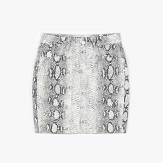 Obtiahnutá mini sukňa s hadím vzorom